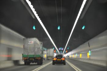 軽自動車は高速道路のトンネル出口付近では風に揺られる