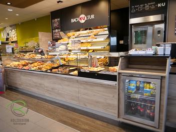 Individuelle Einrichtung für den Ladenbau in Holzdekor, Bäckereieinrichtung K&U Backkultur in Aldingen, Ladenbau für Bäckerrei, Einrichtung für Bäckerei mit Kaffee in hellen Holzdekor, indivduelle Ladeneinrichtung für Bäckerei,
