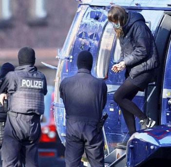 Lina blev i håndjern med helikopter overført til forbundsdomstolen i Karlsruhe