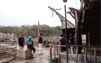 被害にあった牛舎。30㍍の屋根が吹き飛ばされた=8日午後、大浜