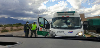 Krankenwagen bei der Polizeikontrolle in Vichigasta