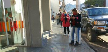 Geduld ist gefragt: auf beim Anstehen vor dem Laden in Chilecito