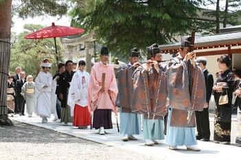 雅楽の奏楽と神職・巫女の前導による花嫁行列