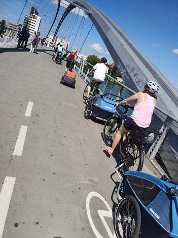 Unsere Croozer-Karawane auf der Dreiländerbrücke