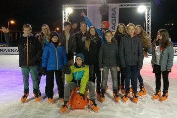 Bild: 14 Jugendliche und junge Erwachsene beim Schlittschuhlaufen auf der Eisbahn am alten Bahnhof Kues in 2016