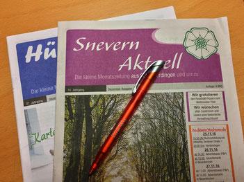 """Die Printausgaben der Zeitungen """"Hüt un Lüd"""" und """"Snevern aktuell"""", gesetzt bei Astrid Röben Printmedien in Neuenkirchen."""
