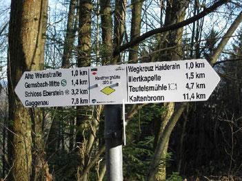 Wegweiser an der Alten Weinstraße oberhalb von Gernsbach