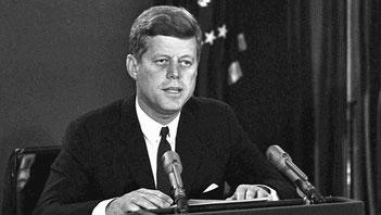 Une image de JFK qui adresse un message sur le renforcement militaire à Cuba le 22 Octobre 1962.