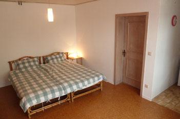 Schlafbereich mit zwei Einzelbetten