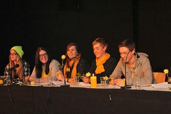 Erleichtert, mit einer gelben Rose als Dank vom Arbeitskreis 'Stolpersteine Rehburg-Loccum' und froh über die gelungene Inszenierung sind die Jugendlichen.