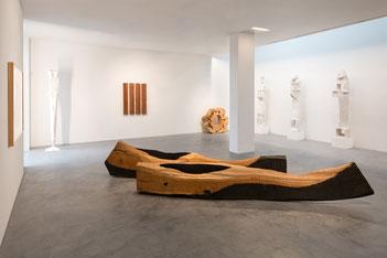 Blick in die Ausstellung mit Arbeiten von David Nash und Lothar Fischer. Foto: Andreas Pauly