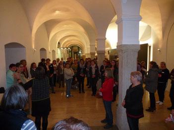 """Die Teilnehmerinnen beim spirituellen Ausklang des Angebots """"Lange Nacht in den Advent"""" auf Schloss Hirschberg."""
