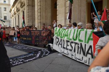 Concentración ayer en Sevilla para  condenar los bombardeos israelíes en Gaza. © Lupe Rangel