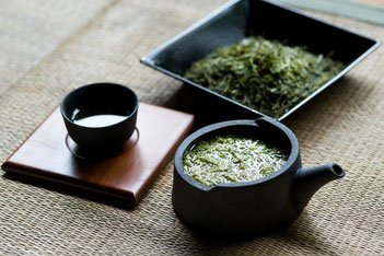 瓦粋様の技術と安間製茶様のアイデアを組み合わせた急須等の製品です。