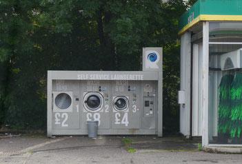 Kleidungswäsche an der Tankstelle