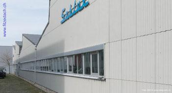 Fitze Dach AG der Dachdecker verwendet für das Einkleiden von Fassaden auch Grossformatplatten. Durch ihre Grösse können schnell grosse Flächen an Fassaden gedeckt werden.
