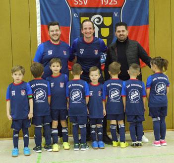 Die neuen Trikots für die Bambini: Die Trainer Sascha Milhamke und Alexander Friedrich mit Labinot Elshani (von links) und den Kindern. (Foto: SSV Heimerzheim)