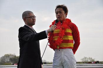 藤原幹生騎手(右)