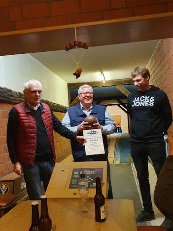 Turniersieger Ludwig Niehoff erhält vom Gastgeber Kai Konert und vom Vorsitzenden Paul Knierbein eine Urkunde überreicht