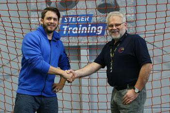 Gelungener Auftakt einer möglicherweise engeren Zusammenarbeit: Dejan Steger, Geschäftsführer der Petershausener Indoor Soccer Five Arena mit Robert Schröder, 1. Vorstand des ausrichtenden Fördervereins