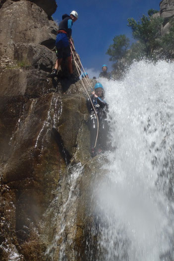 Canyoning dans le canyon du Haut Chassezac (descente en rappel d'une cascade).