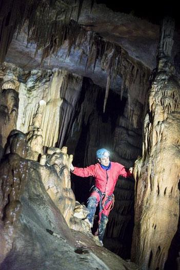 La spéléologie, la découverte du monde sousterrain (grotte de Saint Marcel).