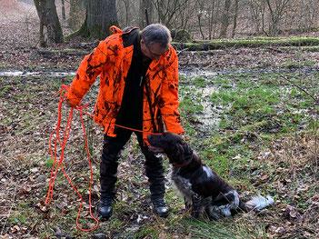 Nicht jede Person ist bei der Jagd versichert. Jagdgäste, Begehungsscheininhaber und Schweißhundeführer sind es regelmäßig nicht.  Foto: SVLFG