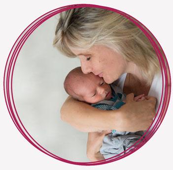 Frau mit Kleinkind im Arm, Carmen Klatt
