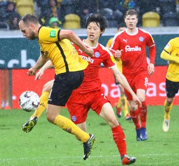 Dresdens Rico Benatelli vor Jae Sung Lee im Spiel gegen Holstein Kiel - Foto: pin