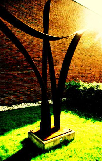 Das Kreuz vor der Andreaskirche // Foto: Angie Ulrich