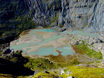 die Gletscherreste verwandelt in ein farbenfrohes Gebilde