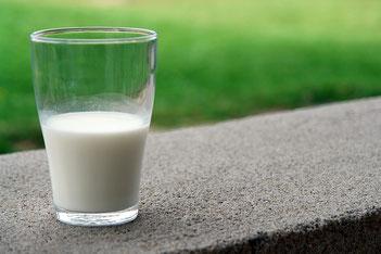 Glas Milch im Freien
