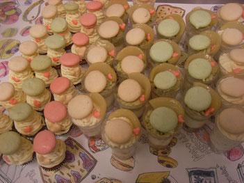 マカロンと♡をのせたモンテビアンコとベリーニのコンポートをのせた2色のモンブランパフェ(白花豆とルバーブ、うぐいす)