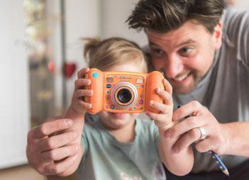 Babyfotos zu Hause - Papa und Tochter hinter der Kamera