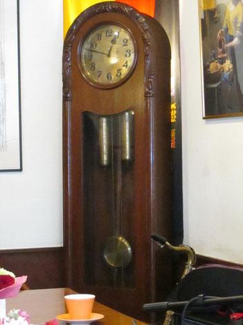 いつも会うのが楽しみな大時計、どっしりしてます