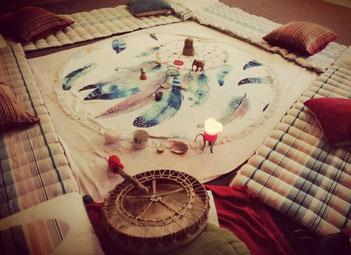cercle de femmes, tambour médecine, chamanisme, rituel, féminité sacrée, féminin, sororité