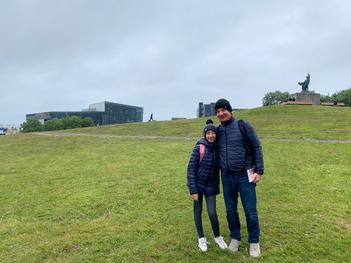 Mio marito e mia figlia sulla collina Arnarhòll, con Harpa sullo sfondo