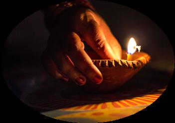 Nepalesin zündet Kerze für Nepal