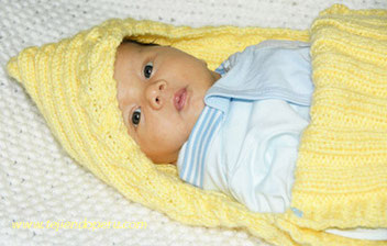 porta bebe en dos agujas - knitted baby carrier