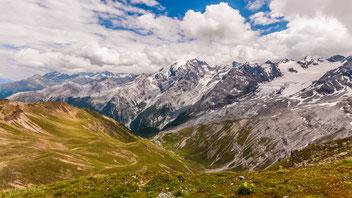 Blick vom Stilfser Joch auf die umliegenden Berge. Im Tal verläuft die Passstraße.