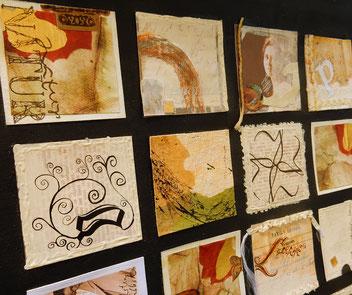 Experimentelles Kalligraphieren und Gestalten ergeben ein Bild aus kleinen Quadraten