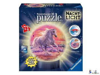Bei der Bestellung im Onlineshop der-Wegweiser erhalten Sie das Ravensburger Paket 11843 Nachtlicht Puzzle-Ball Pferde am Strand.