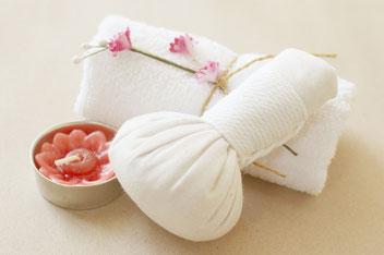 Le Massage Bien-être aux Pochons d'herbes aromatiques, relaxant et détente, Massage duo, BAYONNE, ANGLET, BIARRITZ. EXCELLENCE WELLNESS & SPA