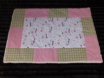 Hundedecke Beauty-Motive auf weißem Stoff pink/grüner Rand cremweißes  Teddyfleece