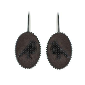 vogel oorbellen, gezwart zilver in borduursteek, handgemaakte sieraden