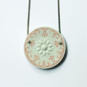 porseleinen ketting wit roze, porseleinen sieraden, handgemaakte sieraden