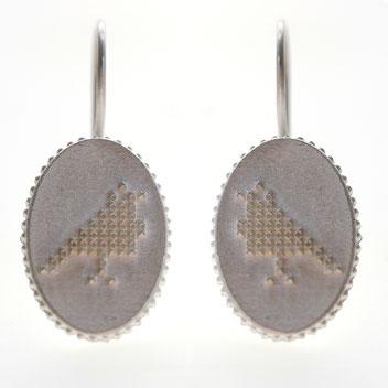 duifje oorbellen, zilveren oorbellen geborduurd