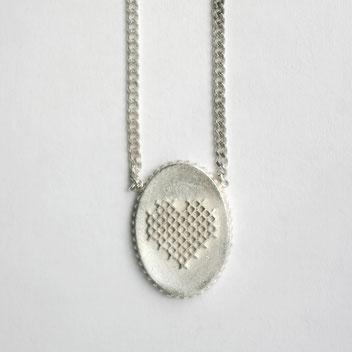 geborduurde hartjesketting, zilveren ketting