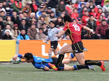 前半16分には山田章仁が独特のステップで東芝選手を振り切りトライ