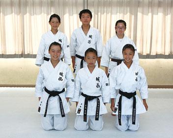 女子団体形3位の太田城西(周藤、堀越、本島、小澤、水川)空手道部全員の集合写真を掲載。